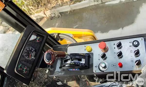 三一全液压压路机拥有行驶、驻车、紧停三重防护。