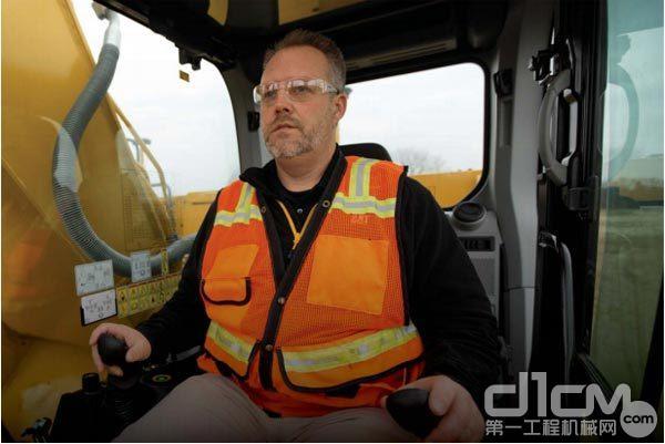 全新的驾驶室让操作手摆脱艰苦的工作条件