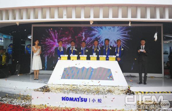 现场嘉宾共同发布小松PC215-10M0新品挖掘机