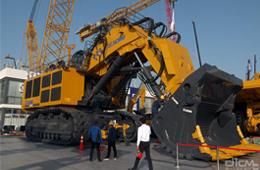 国内首台套700吨液压挖掘机