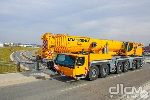 利勃海尔携六轴底盘LTM 1300-6.2移动式起重机亮相Bauma中国展