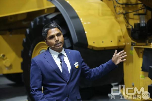 卡特彼勒大型装载机产品应用专家Praveen Mallu先生讲解设备