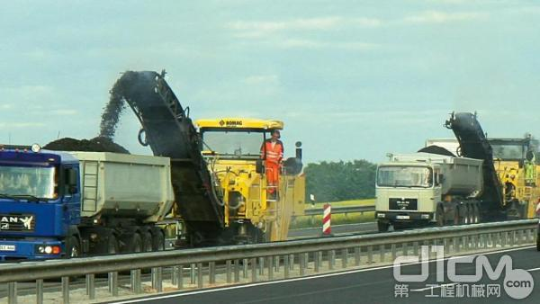 在高速公路上施工的2台宝马格BM 2000/60-2型
