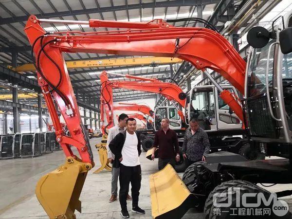 三位明星会长深入晋工机械工厂,现场试驾晋工机械设备,收获颇丰。
