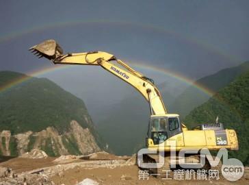雨后初晴画面的小松挖机