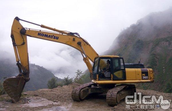 位于怒江州福贡县石月亮乡鹰嘴崖的小松挖机