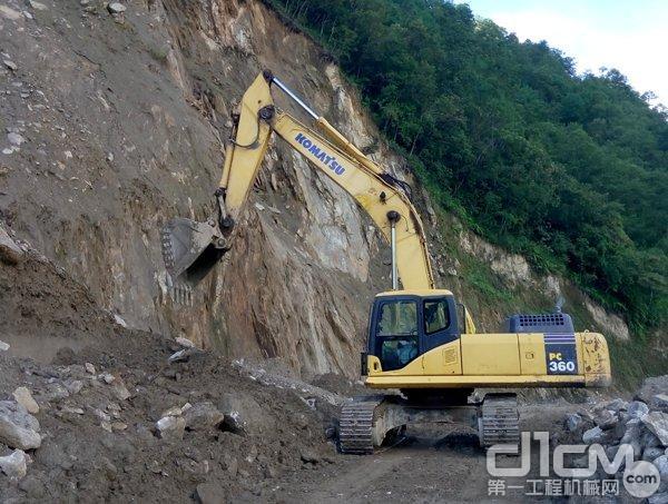 小松PC360-7的操作系统很协调,挖掘力气大,速度快,车架牢固