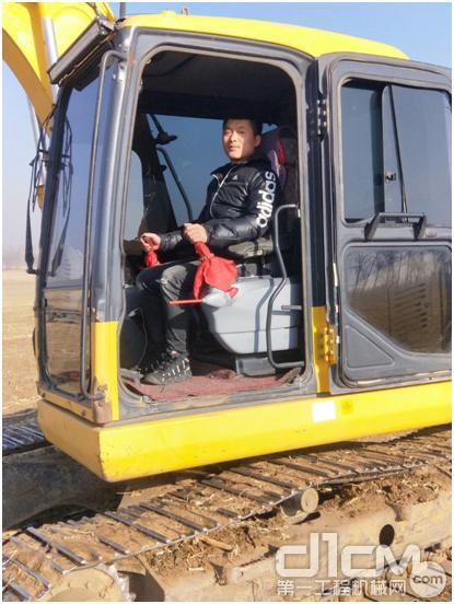 纪坤与他的小松PC110-7挖掘机