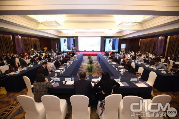 国汽车产业发展与政策高层研讨会暨中汽协会政策研究会和财经金融委员会年会在重庆市召开
