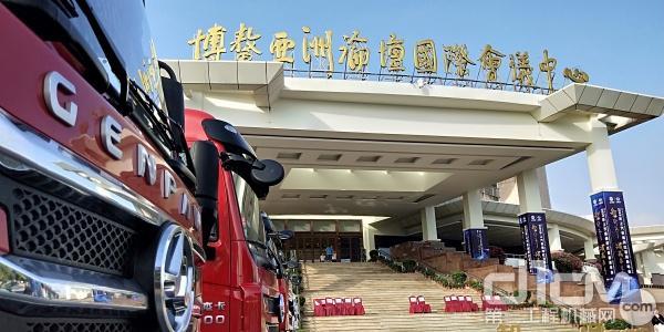 上汽红岩自卸车在博鳌会议中心展示