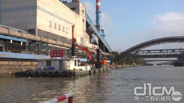 施工难点:1、河道岸边为工厂围墙,需在水上施工。