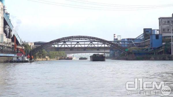 2、该河道施工段为京杭大运河最窄段,黄金水道,行船量大,水上可用施工面积小,无法做水上施工平台。