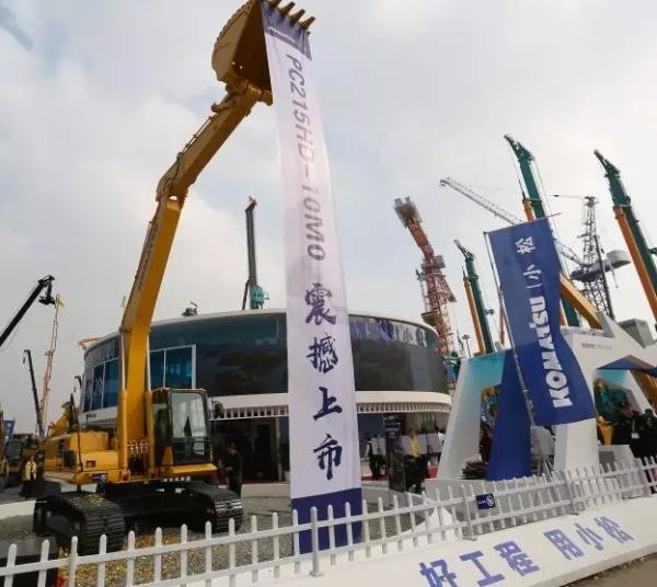 2018年11月,小松PC215HD-10M0亮相上海宝马工程机械展