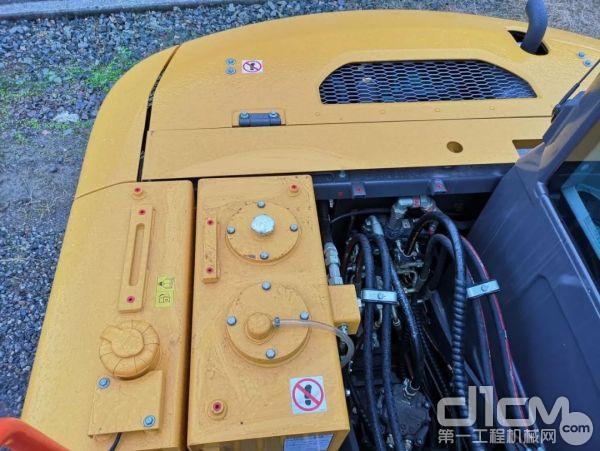 布置紧凑 机体右侧并列着燃油箱和液压油箱,其中外侧为燃油箱,容量为 145升,内侧为液压油,容量为 80升。