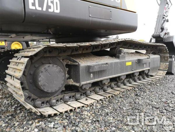 钢履带长2900mm,宽450mm,可适用于各种工况,每侧有5个支重轮和1个托链轮