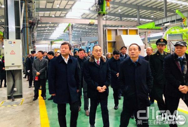领导嘉宾参观新工厂