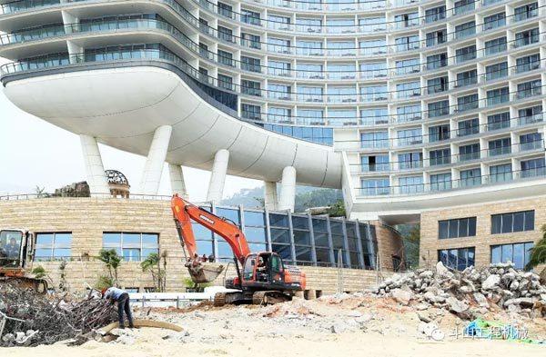 年会举办地改造扩建工程,斗山挖掘机正在进行作业