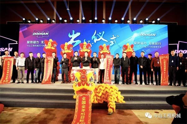 各位与会嘉宾还一同前往香港考察观光,并参加在太平山顶举行的特色晚宴。