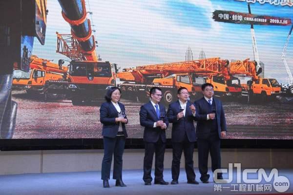 安徽柳工起重机有限公司总经理邓波先生携公司经理层领导向与会嘉宾敬酒
