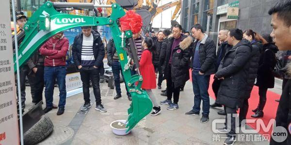 雷沃工程新葡亰496net四川越甲现场准备了丰富的体验游戏
