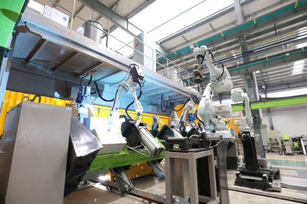中联重科塔机智能工厂里的工业机器人