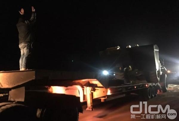 从清晨到星夜,柳工服务工程师引导客户连夜把CLG8128H运到工地。