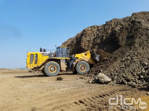 柳工CLG8128H在蒙古铁矿工作,包括铲装铁粉