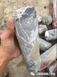 图为地质勘查中所取出的大量完整灰岩芯样。
