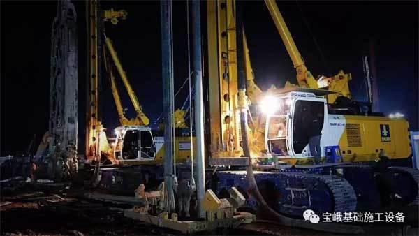 图为投入广州北站项目的两台宝峨BCS 40铣槽机。