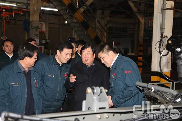 谭旭光与中国重汽卡车公司一线员工面对面交流话改革