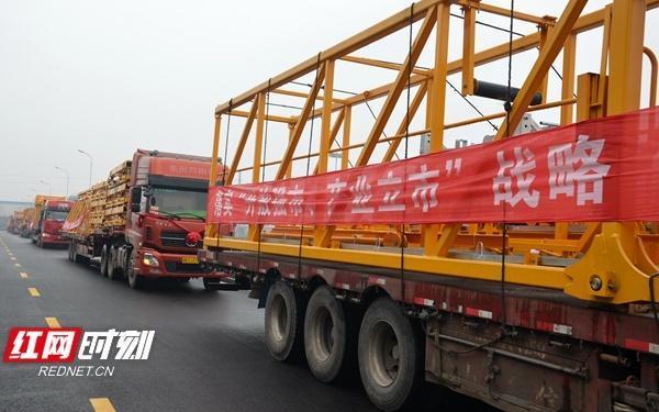 62辆满载着建筑起重机械的货车缓缓开往全国各地