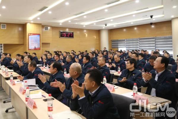 中国重汽集团举行新聘干部专题党课暨2019年绩效合约签字仪式