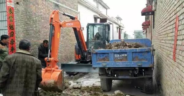 日立ZX55USR-5A小挖在城镇中施工