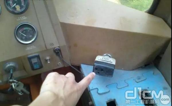 连接插头的水渍痕迹、锈蚀物检查