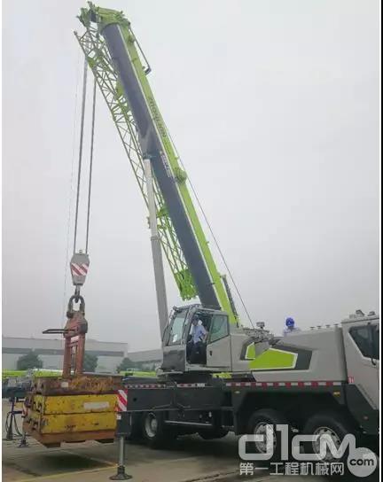 中联重科ZTC350H552汽车起重机正在吊载试验