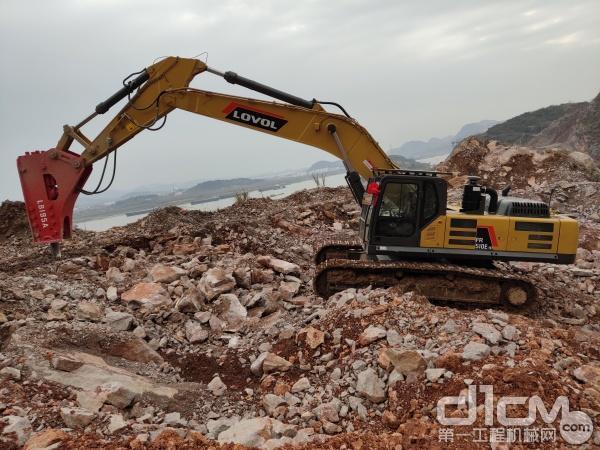 雷沃FR510E-HD挖掘机正在作业