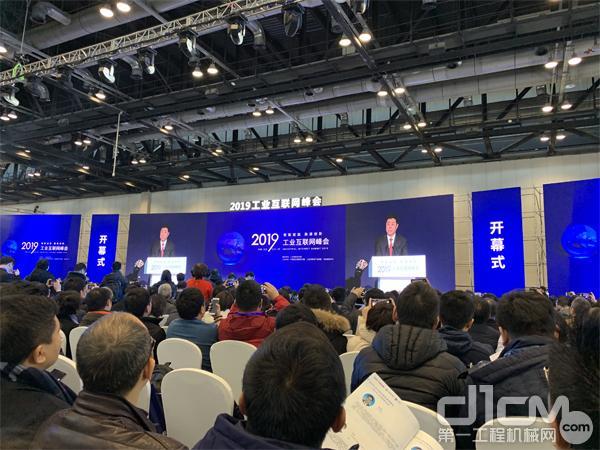 """本次峰会主题为""""智联赋能 融通创新"""""""