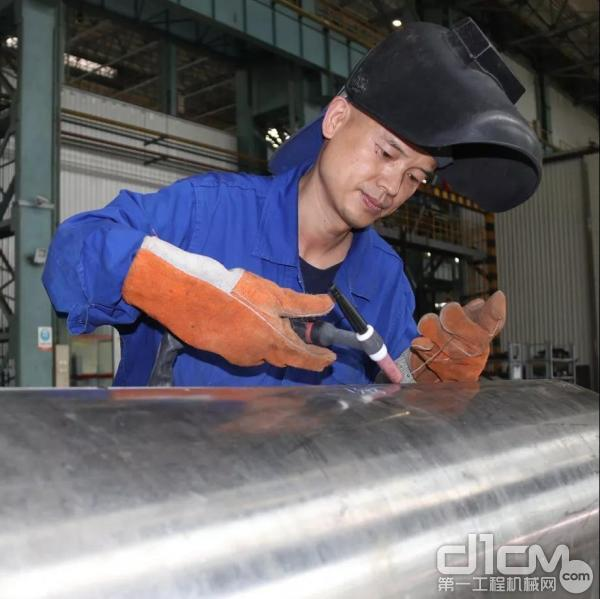 李翔,国机重装所属二重装备焊接首席技能大师,享受国务院特殊津贴