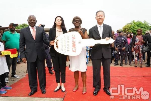 仪式上,中设集团第八工程成套部副总经理杨磊将代表学校整体的金钥匙移交到索约市长Lucia女士手中