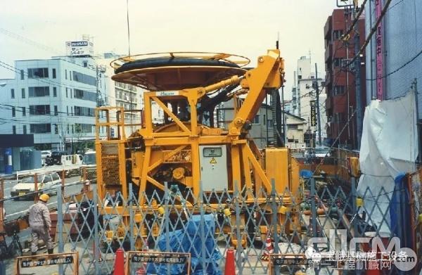图为1991年用于东京地铁连续墙的第一台宝峨MBC 30低净空铣槽机。