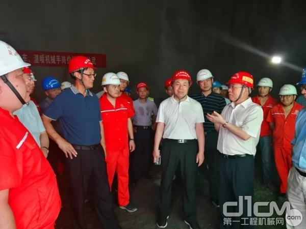 刘飞香(右一)在施工现场向行业内专家介绍铁建重工的超级装备