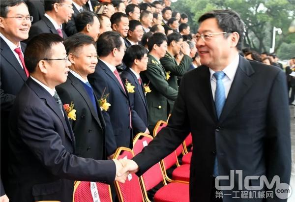 大会现场湖南省委书记、省人大常委会主任杜家毫(右一)与刘飞香亲切握手