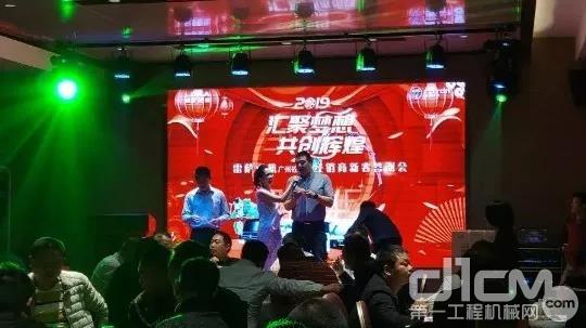 闽粤琼大区经理郑蕾、广州砼之邦营销总经理陈伟抽取三等奖