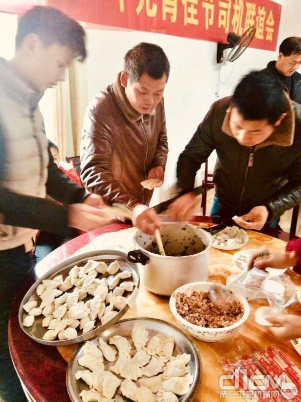 """上汽红岩一行人与""""红岩村""""村民一起包饺子"""