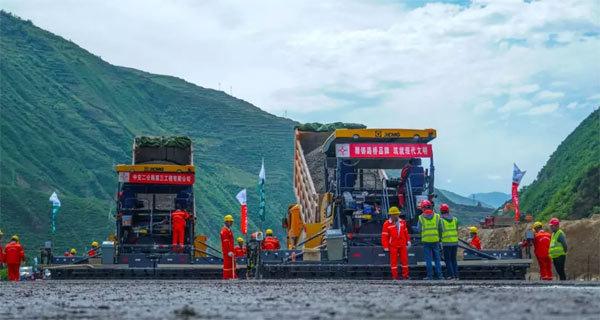 2台RP953T摊铺机并机摊铺,助力渭武高速建设