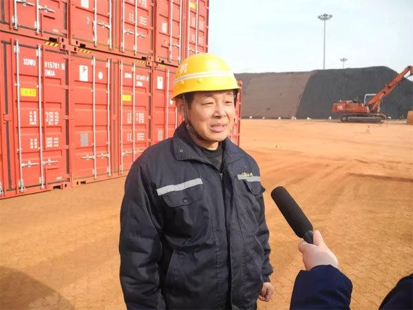连云港马腰作业区的陈师傅接受记者采访
