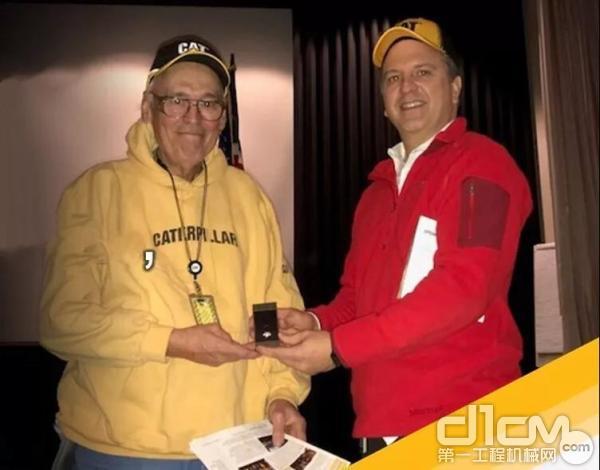卡特比勒60年老员工道格·梅克尔(Doug Meaker)