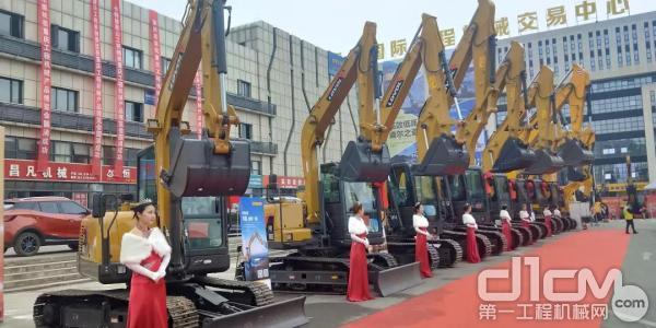 雷沃设备亮相中国重庆(第一届)工程机械产品博览会