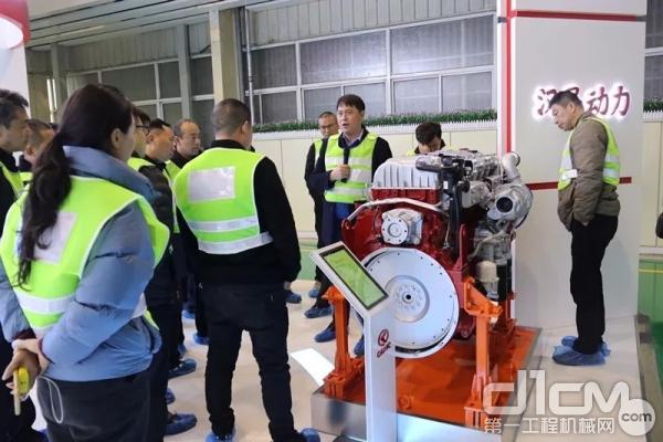 集团公司副总经理何晓生陪同客户代表参观了发动机生产线