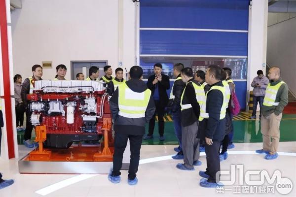 参观汉马发动机生产线